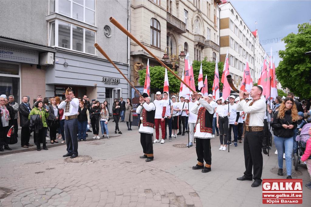 Лицарі, гуцули і оркестр: вражаюча театральна хода пройшла середмістям (ФОТО, ВІДЕО)