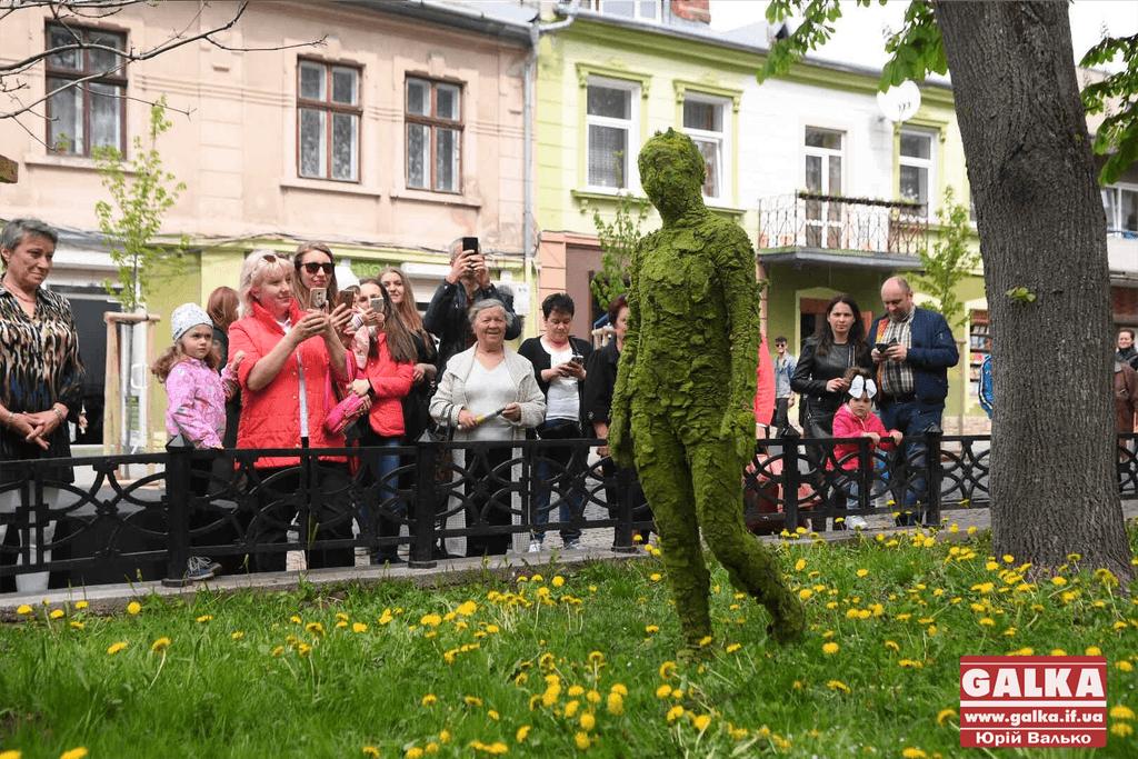 """Прогулянка """"від Барселони до Амстердаму"""": живі скульптури із сімох країн заполонили центр Франківська (ФОТО, ВІДЕО)"""