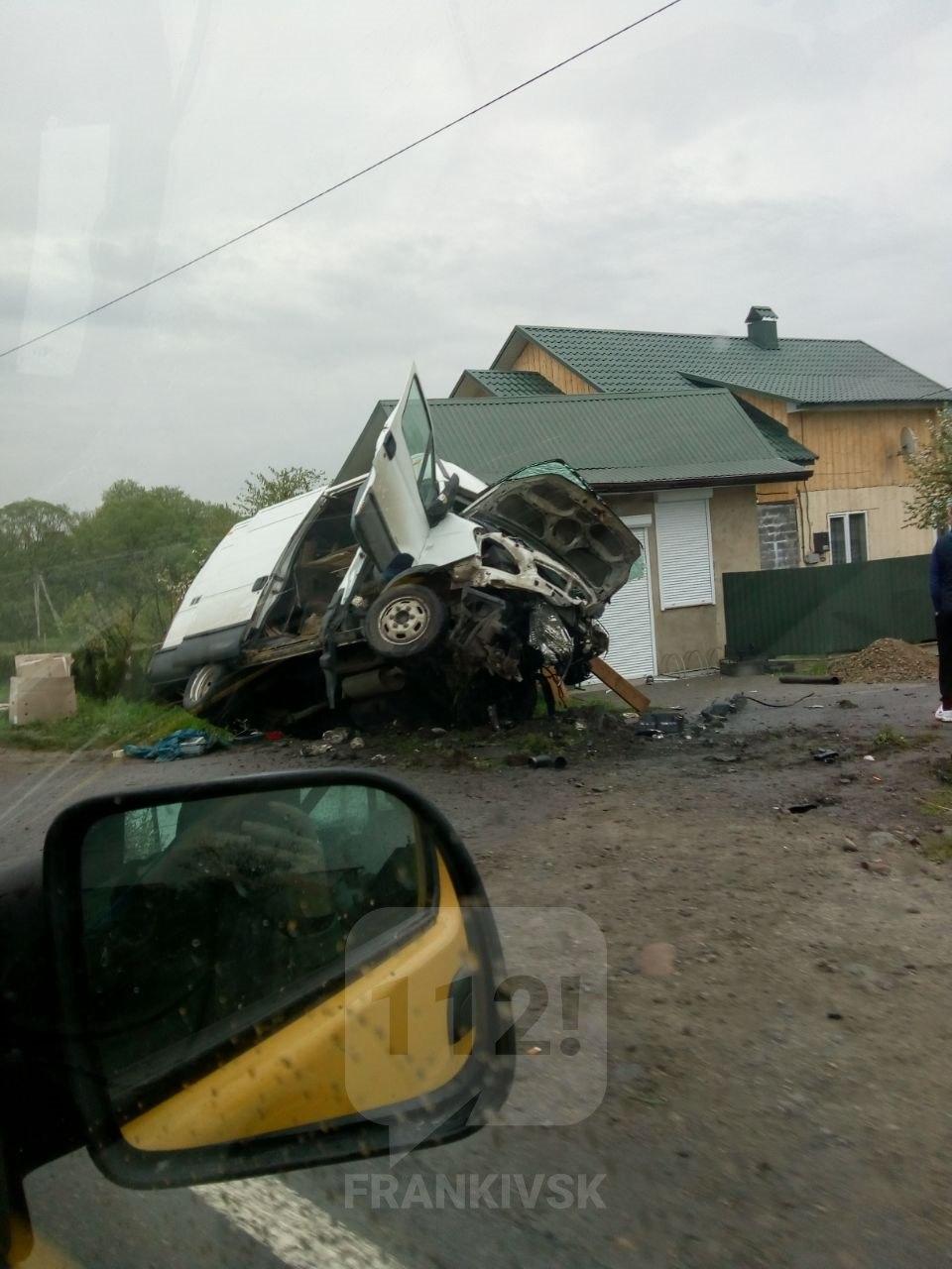 З'явилися подробиці ДТП на Рожнятівщині. Пасажирку довелося вивільняти з авто (ОНОВЛЕНО)