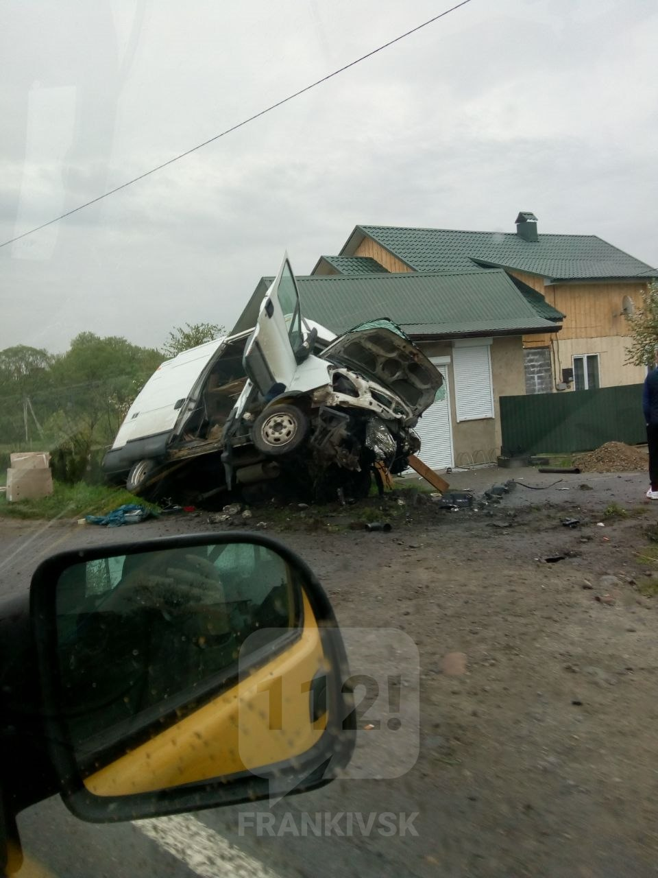 На Рожнятівщині мікроавтобус злетів з дороги. За кермом був 17-річний хлопець (ФОТО, ВІДЕО)