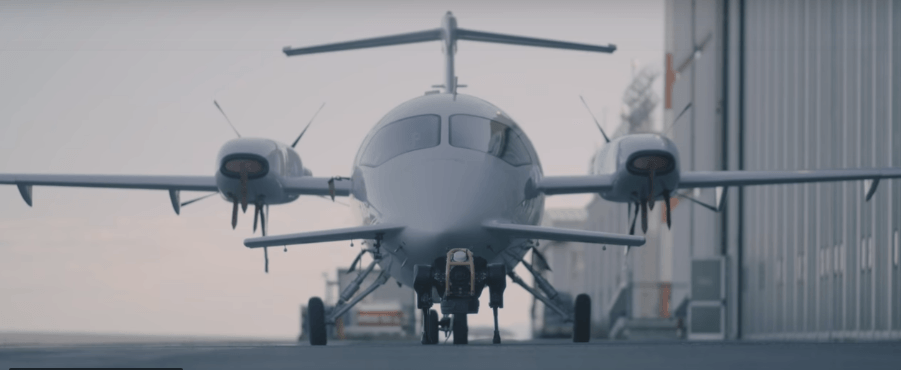 Пес-робот зумів зрушити з місця літак (ВІДЕО)