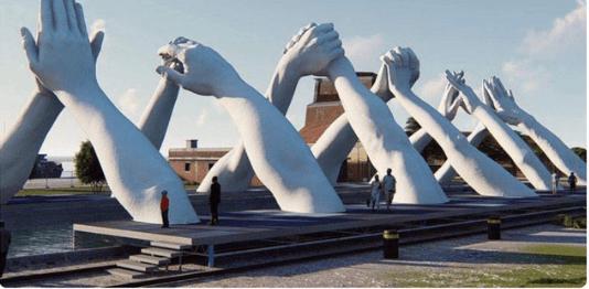 """У Венеції створили вражаючий """"міст"""" із рук (ФОТО)"""
