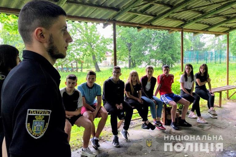 У молодіжних таборах поліціянти розповідають школярам про безпечні канікули (ФОТО)