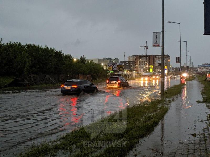 У Франківську сильна злива підтопила вулиці (ФОТО, ВІДЕО)