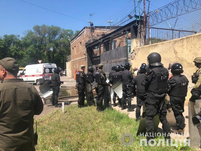 В одеській колонії заворушення – в'язні забарикадувалися, сталася пожежа (ФОТО, ВІДЕО)