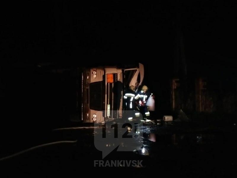 На Прикарпатті перекинувся бензовоз: водія вирізали з кабіни рятувальники (ФОТО, ВІДЕО)