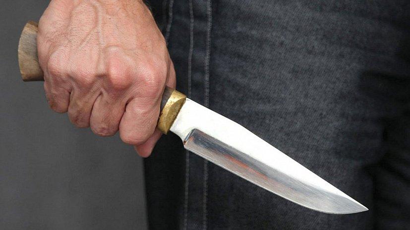 У Долині чоловік із ножем намагався пограбувати жінку – її врятували колеги по роботі