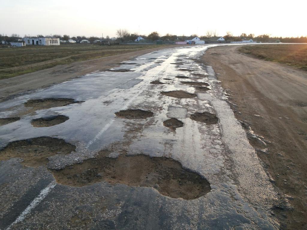 Не дали грошей: на Рогатинщині мізкують, як відремонтувати аварійну дорогу