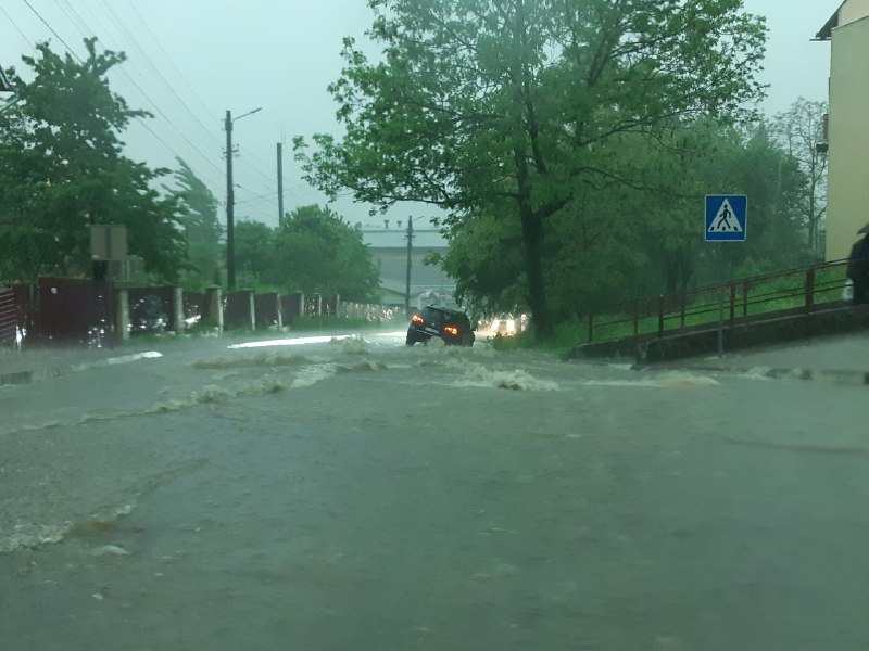 Аномальна злива у Калуші – автомобільні дороги перетворилися у ріки (ФОТО, ВІДЕО)