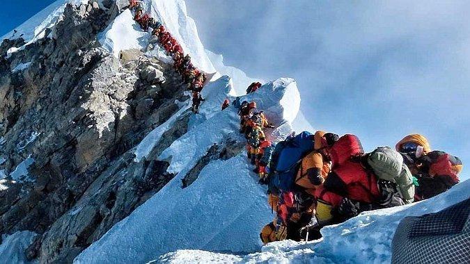 У черзі на підкорення Евересту за два тижні помер вже десятий альпініст