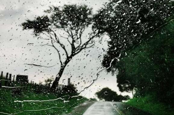 """Сильні дощі та шквали. На Франківщині оголосили """"жовтий"""" рівень небезпеки"""