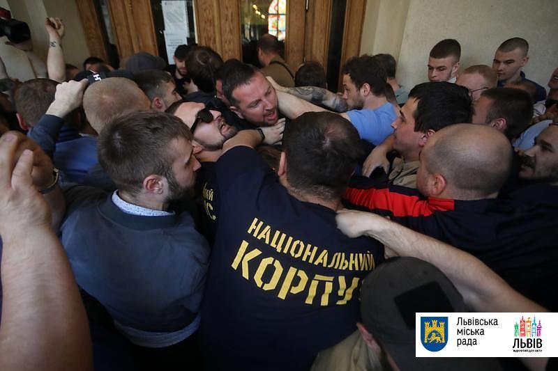До ратуші Львова увірвалися невідомі, сталася бійка (ФОТО)