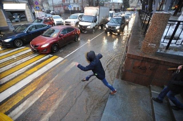 У Франківську водії попереджають про чоловіка, який кидається під колеса