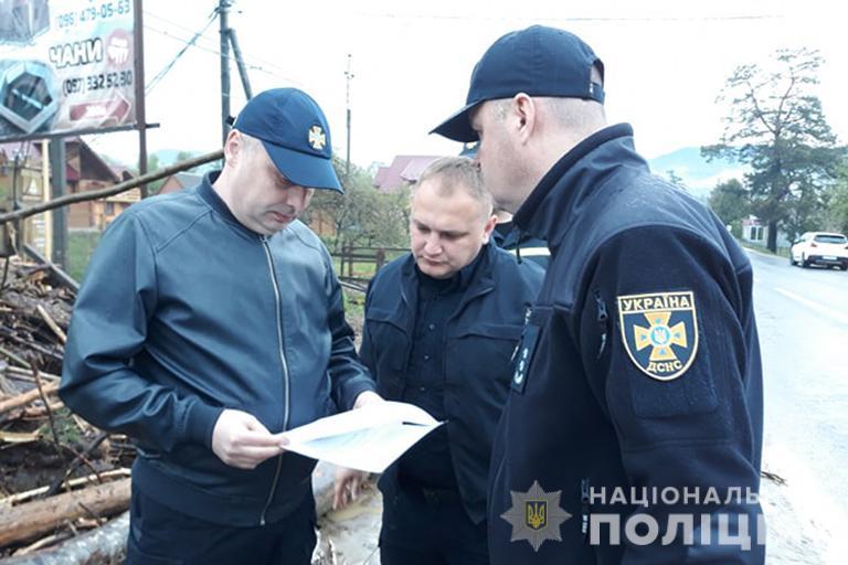 Прикарпатські поліцейські спільно з рятувальниками допомаюгать людям під час наслідків негоди на Яремчанщині