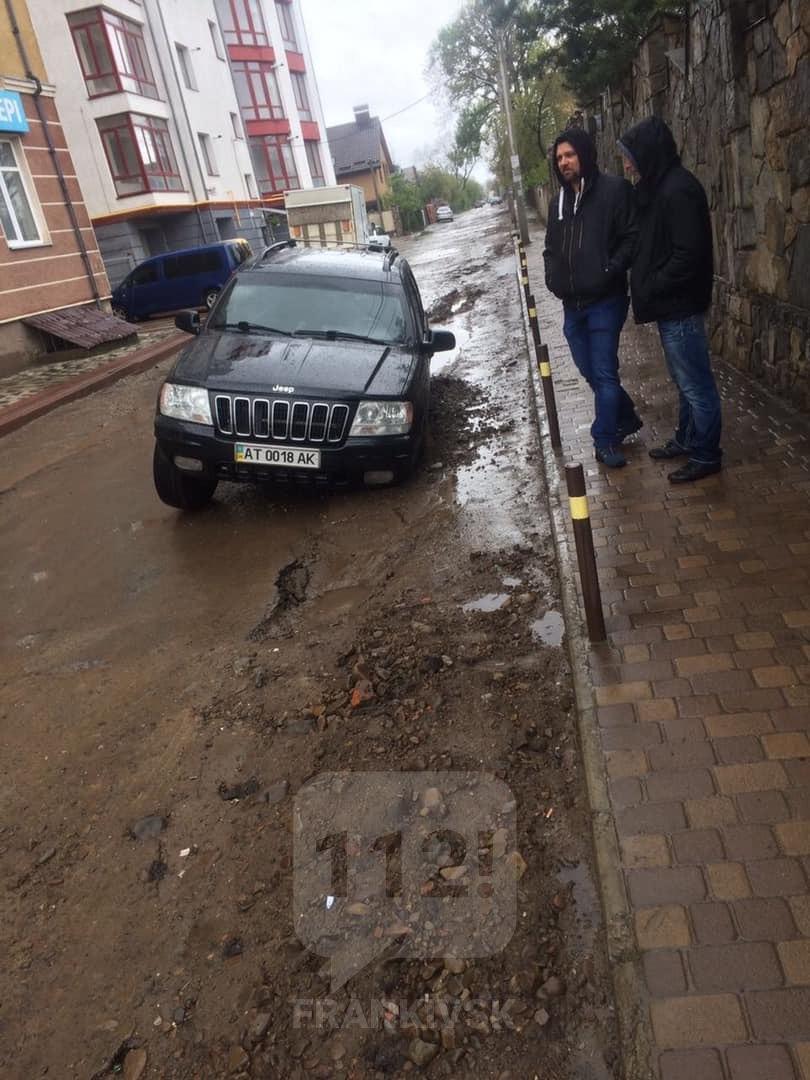 На Франківській вулиці у яму після розкопки провалилися дві машини (ФОТО, ОНОВЛЕНО)