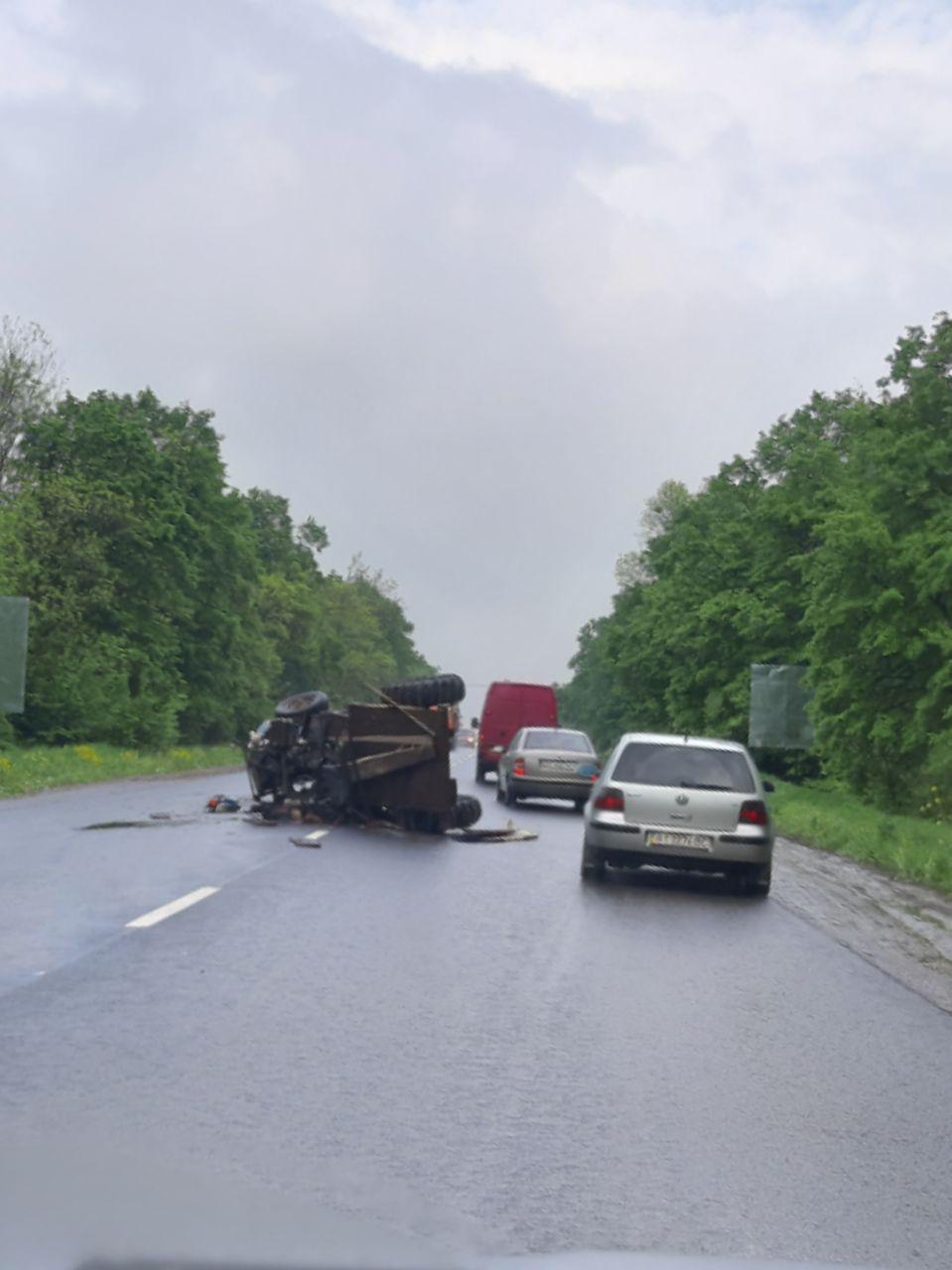 На дорозі Франківськ-Калуш перевернулася машина, є жертви (ФОТО, ОНОВЛЕНО)