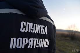 На Прикарпатті рятувальники відтягували телефонну опору, яка перекрила рух транспорту