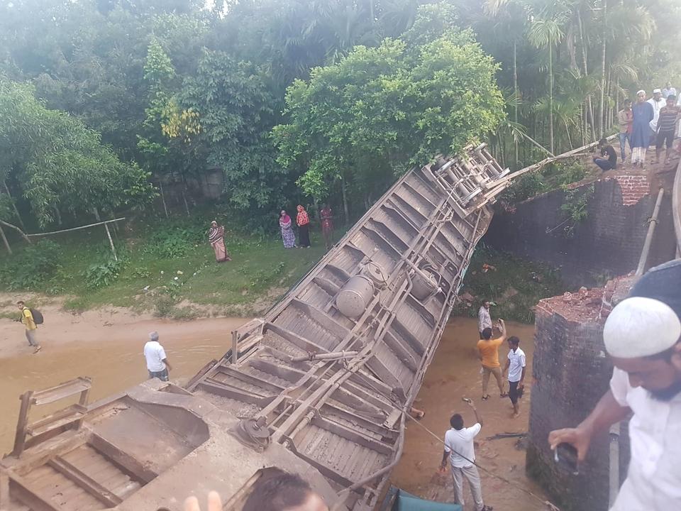 В Азії потяг зійшов з рейок і впав з моста – п'ять людей загинули (ФОТО)