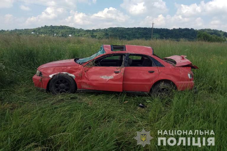 На Косівщині авто злетіло з дороги й перекинулося, молода пасажирка – в лікарні (ФОТО)