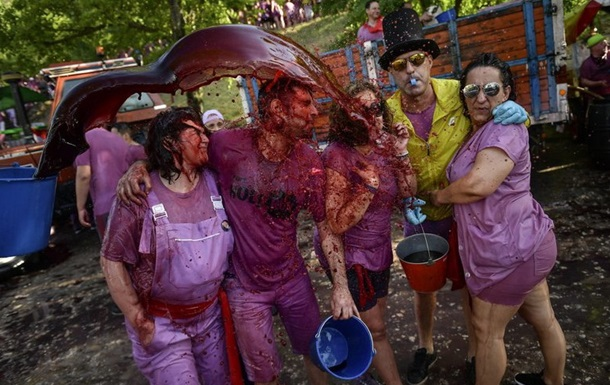 """В Іспанії на """"винній битві"""" вилили 70 тисяч літрів вина (ФОТО)"""