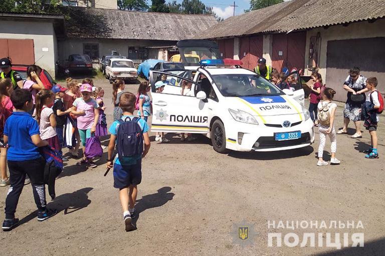 На Прикарпатті до поліцейських завітали маленькі відпочивальники дитячого табору (ФОТО)
