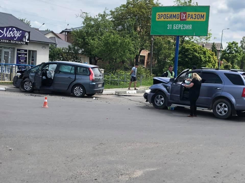 У Надвірній не розминулися два авто – у лікарню забрали двох водійок (ФОТО)