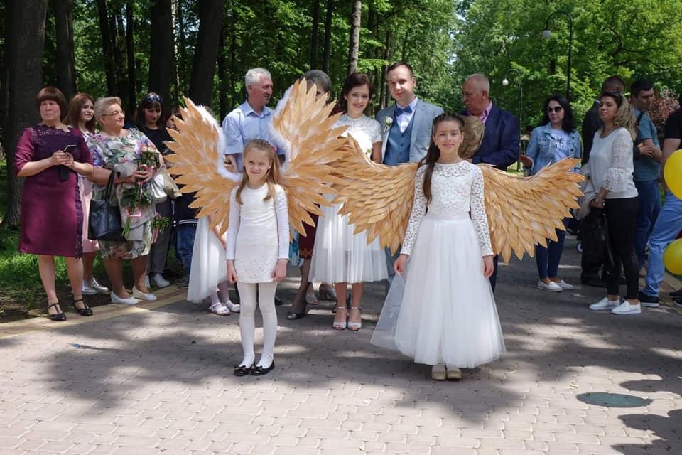 У міському парку діти провели весільну церемонію для молодят (ФОТО)