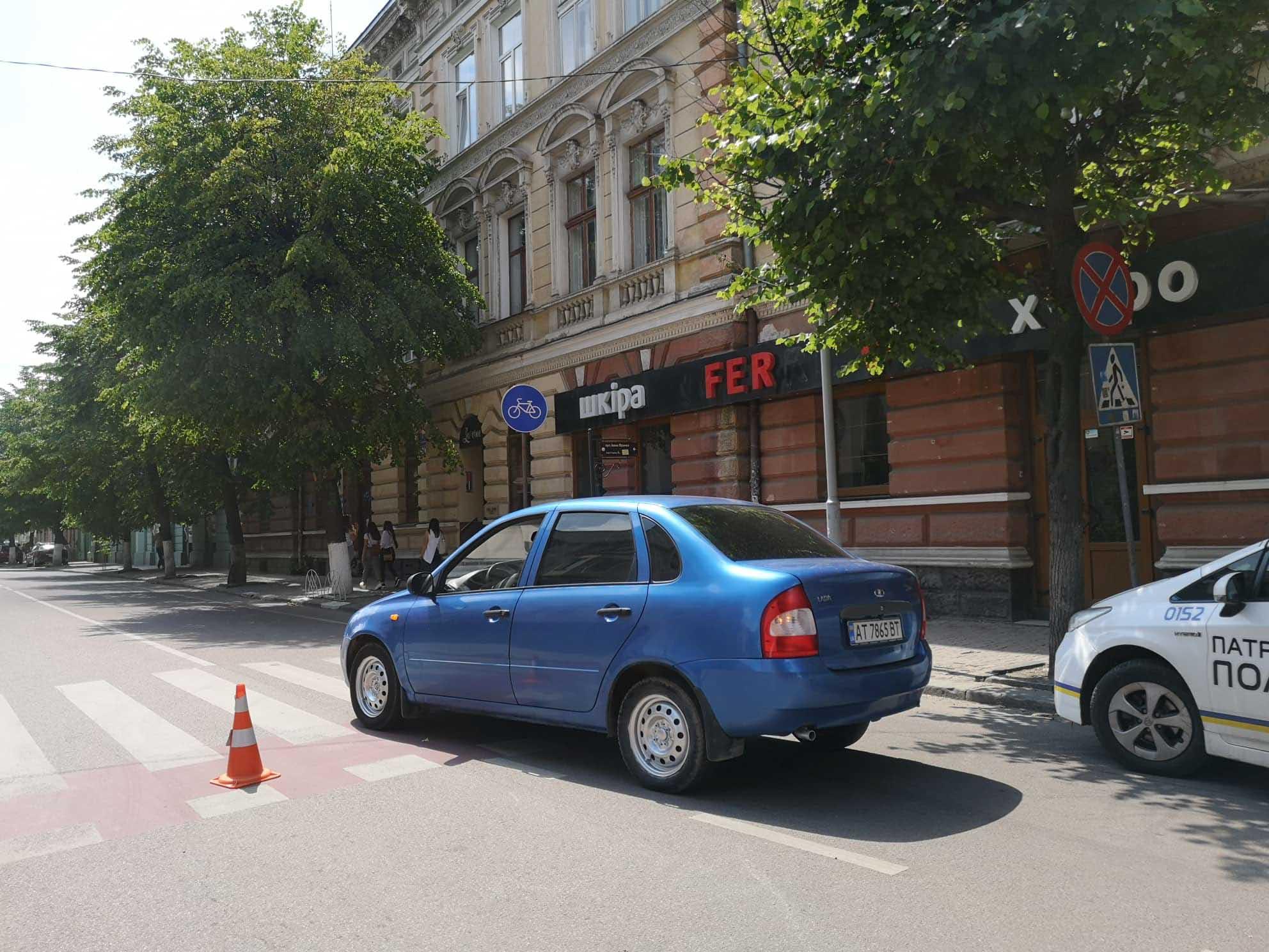 У центрі Франківська ДТП: автівка збила неповнолітню дівчину (ФОТО)