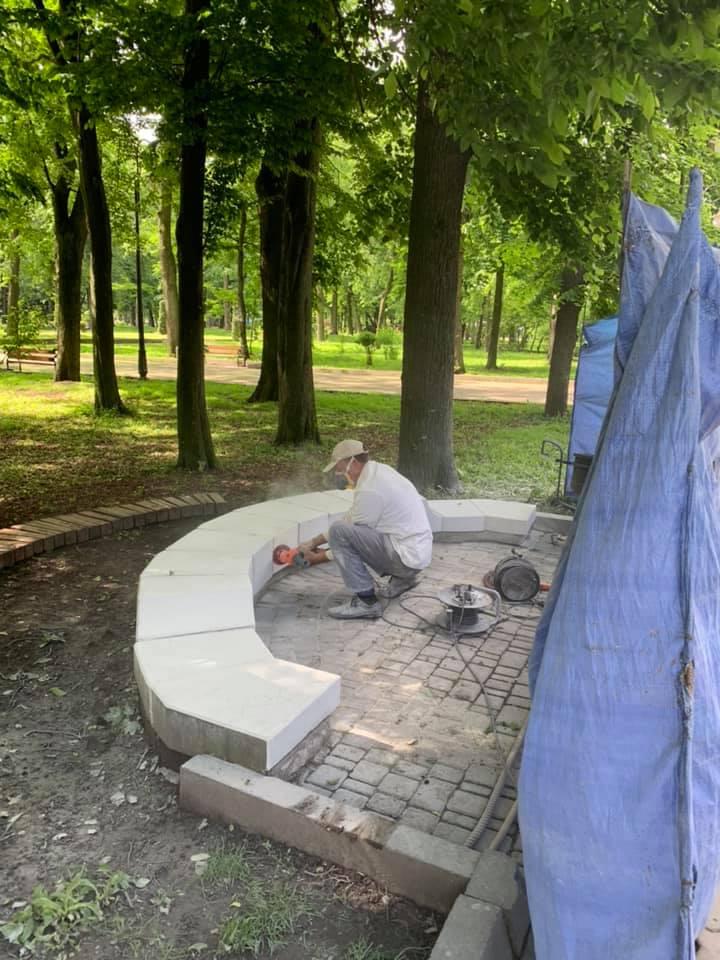 Як у парку Шевченка реставрують лавки на центральній алеї (ФОТО)