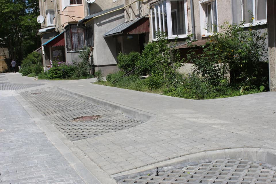 Дитячий простір, озеленення та екобруківка: на вулиці Коновальця облаштовують двір (ФОТО)
