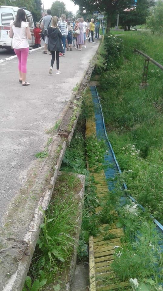 В Калуші з мосту впала чотирирічна дівчинка, бо обвалилися перила (ФОТО)