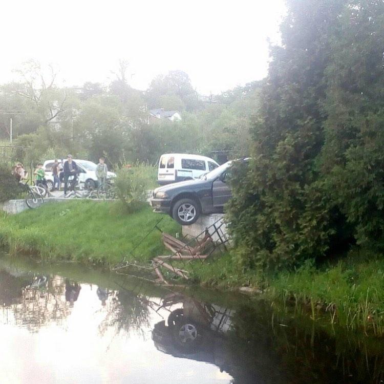 У Калуші авто протаранило лавку і ледь не впало в озеро – очевидці (ФОТО)