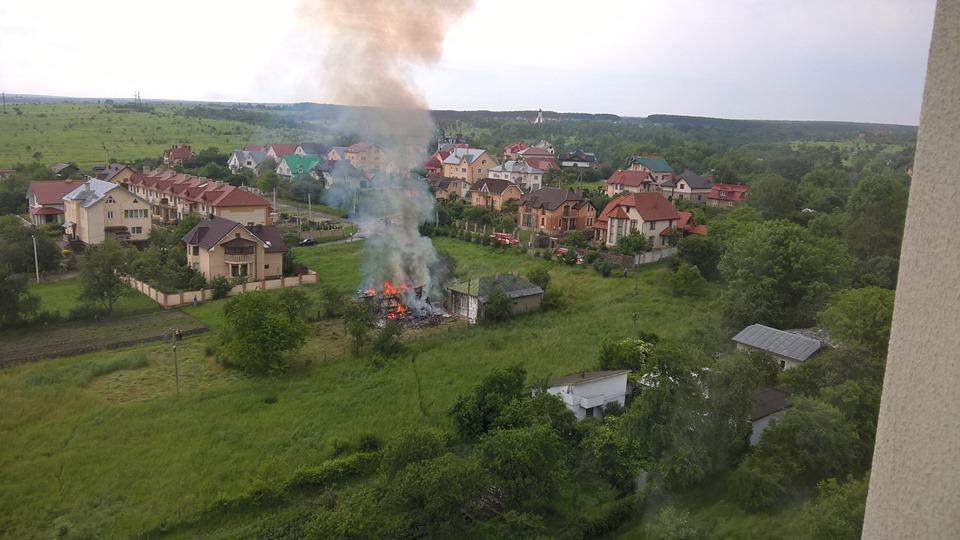 В Івано-Франківську через удар блискавки вщент згоріла стодола – очевидці (ФОТО, ВІДЕО)