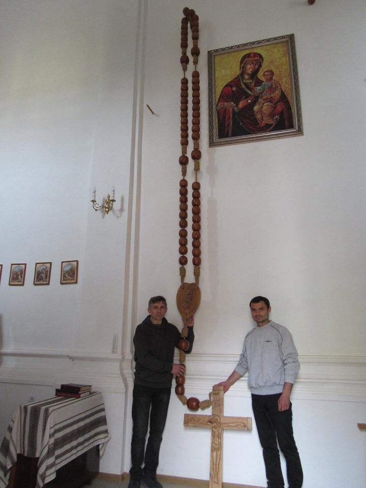 Майстри з Франківська створили гігантську вервицю (ФОТОФАКТ)