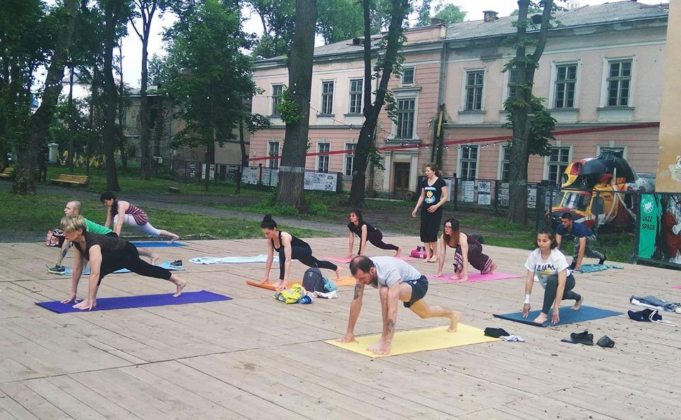 Заняття з йоги просто неба влаштували у палаці Потоцьких (ФОТО)