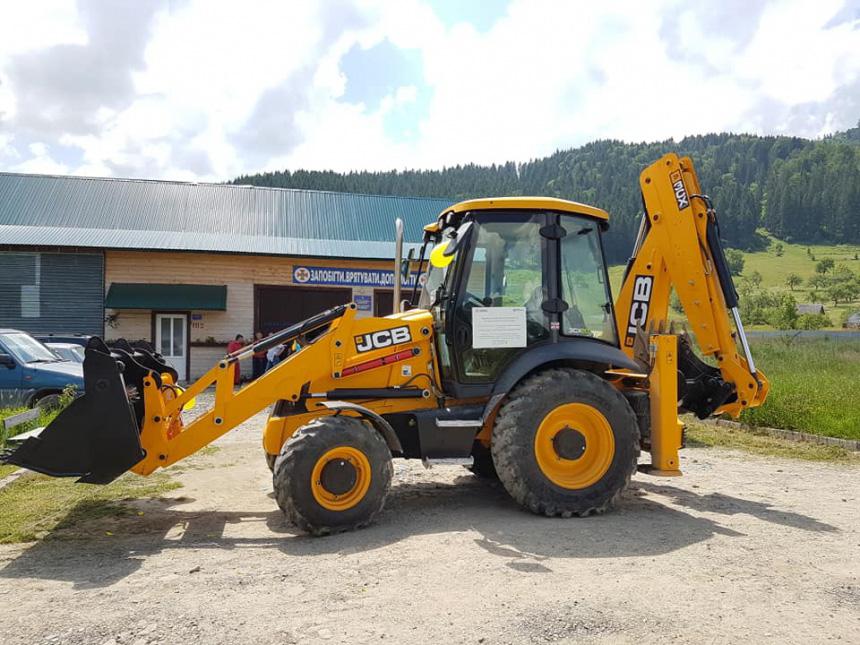 У Верховинський район передали екскаватор-навантажувач для ремонту доріг