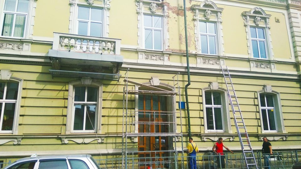 На Чорновола встановили захисну сітку на будинок, з якого падають елементи ліпнини(ФОТО)