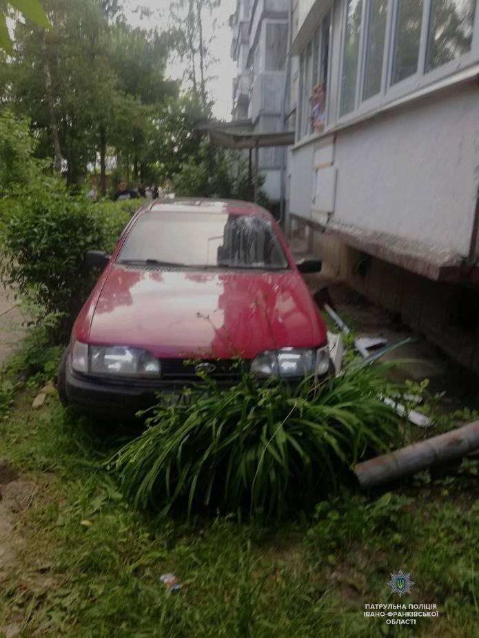 На Чорновола п'яний селянин в'їхав у багатоквартирний будинок (ФОТО)