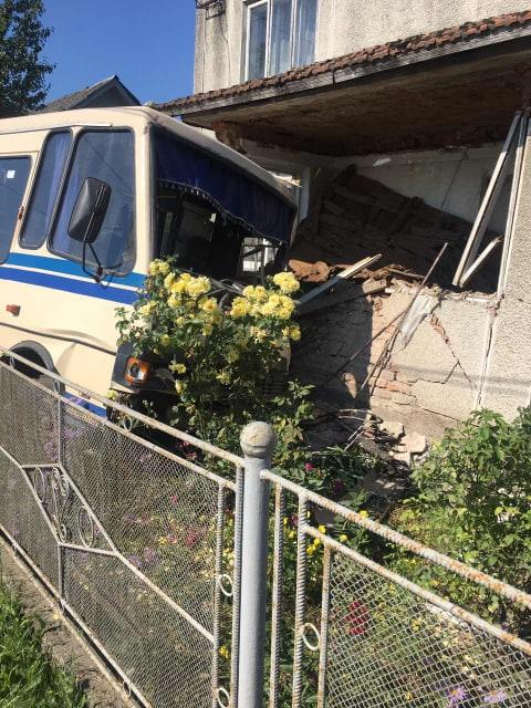 У Галичі пасажирський автобус в'їхав у житловий будинок (ФОТО)