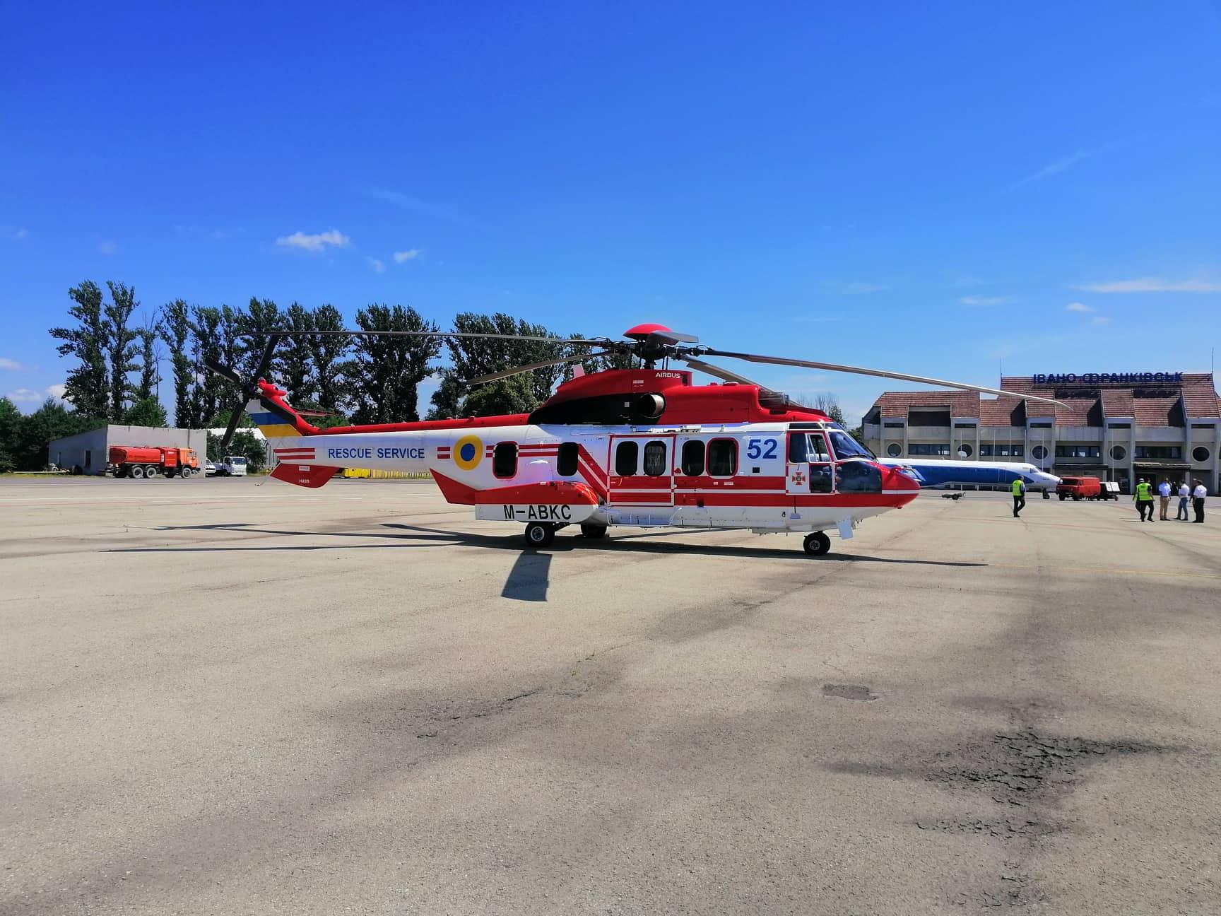 У Франківську приземлився новий гелікоптер для українських рятувальників (ФОТО)