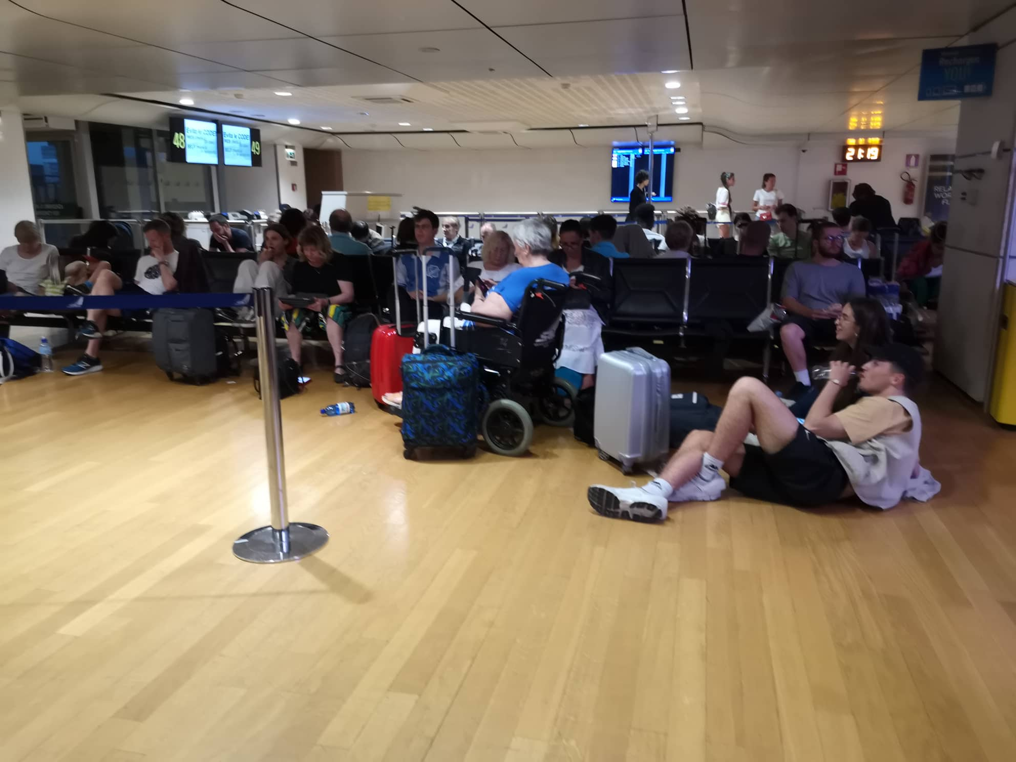 Сотні українців застрягли у Венеції через скасований авіарейс до Львова (ФОТО)