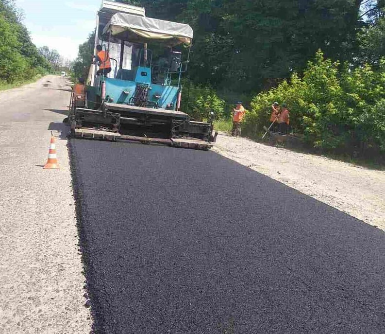 На Прикарпатті ремонтують дорогу, яка з'єднує Західну і Центральну Україну (ФОТО)