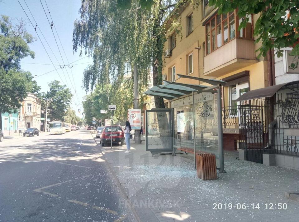 У центрі Франківська на жінку осипався дах скляної зупинки (ФОТО)