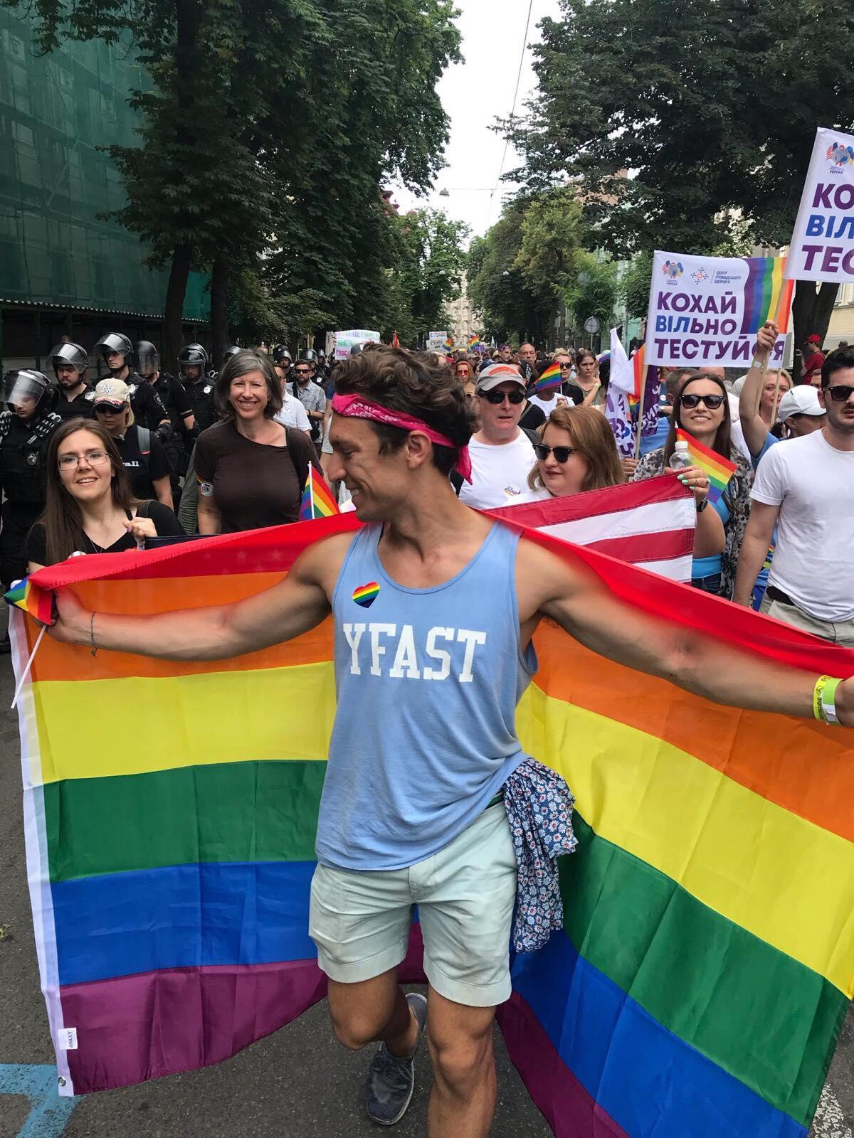 """""""Ми не обираємо, кого любимо"""", – американський волонтер франківської мерії взяв участь у Марші Рівності в Києві (ФОТО)"""
