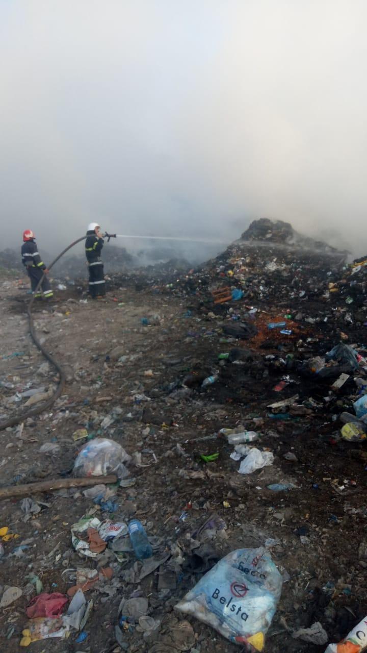 Біля Галича горить стихійне сміттєзвалище: з пожежею боряться два десятки бійців (ФОТОФАКТ)