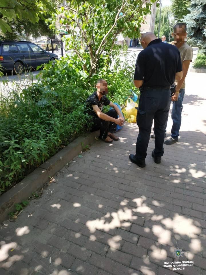 У центрі міста патрульні спіймали двох чоловіків з краденими акумулятором та інструментами (ФОТО)
