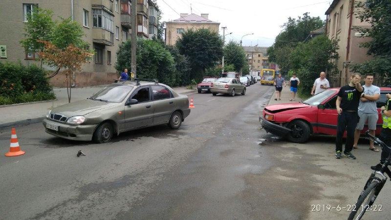 ДТП у Франківську: на Довгій не розминулися дві автівки (ФОТОФАКТ)