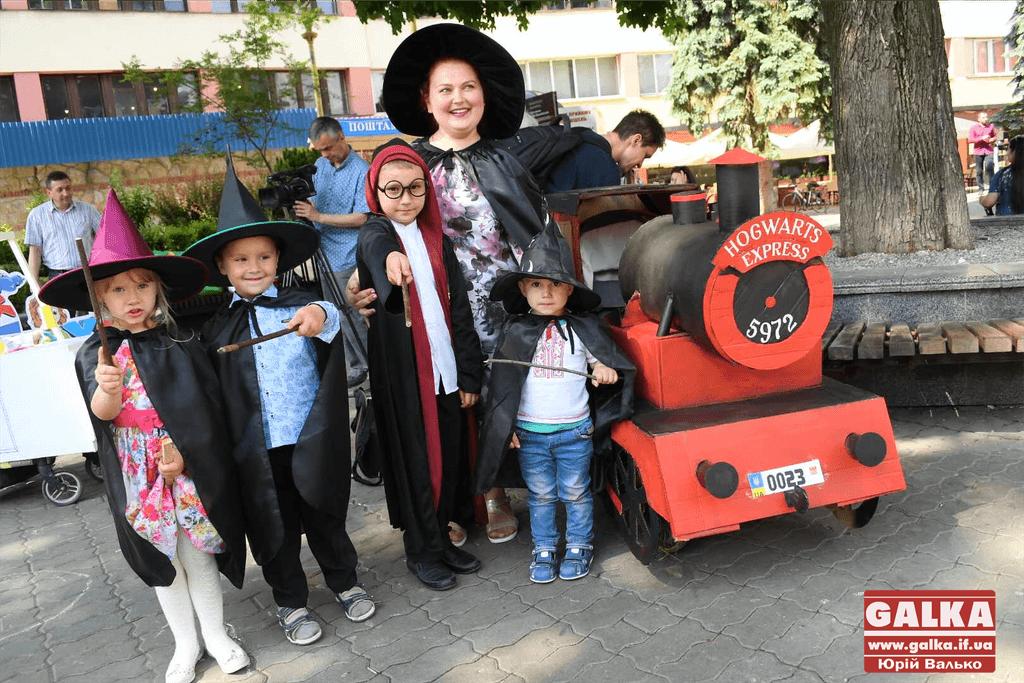 """Експрес до Гоґвартса і """"папомобіль"""": Франківськ заполонили незвичні дитячі візочки (ФОТО)"""
