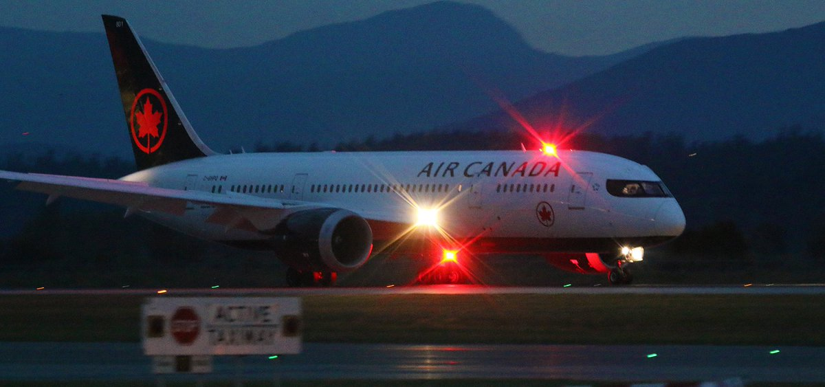 Прокинулася в холоді й темряві: канадська авіакомпанія забула пасажирку на борту літака