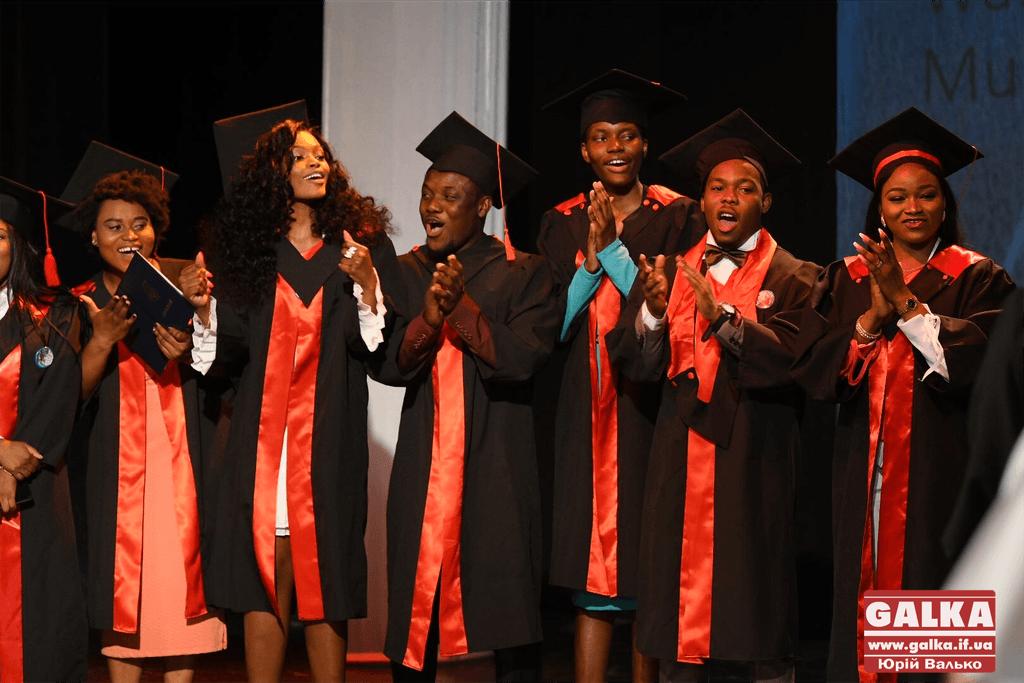 У Франківську понад дві сотні студентів-іноземців медуніверситету отримали дипломи (ФОТО)